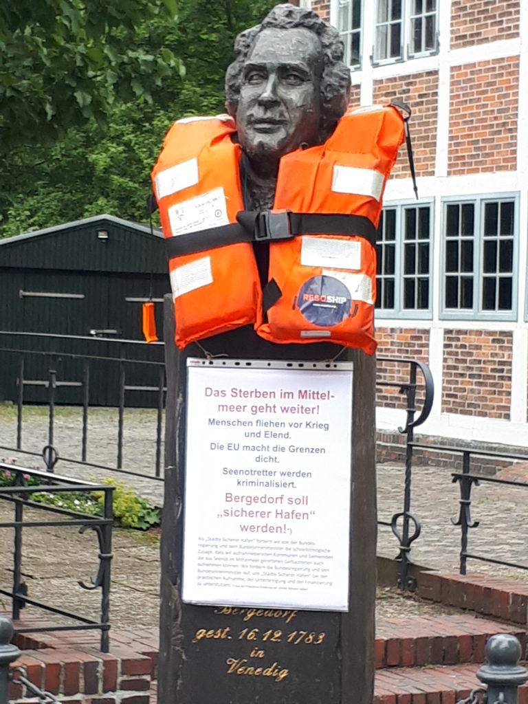 Hasse-Denkmal mit Rettungsweste